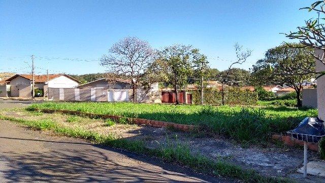 Excelente terreno de esquina, localizado na parte nobre da Nova Piracicaba, medindo 725m². Aceita financiamento e estuda permuta.