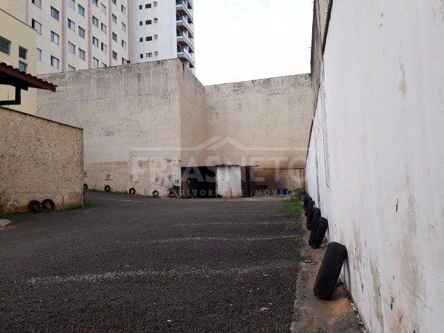 Excelente terreno com 411 m², região central. Atualmente alugado para um estacionamento.