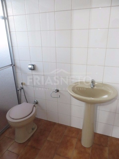 Sala em conjunto comercial medindo 15m² com  vista para a avenida Rio Claro, banheiro privativo, copa de uso comum.