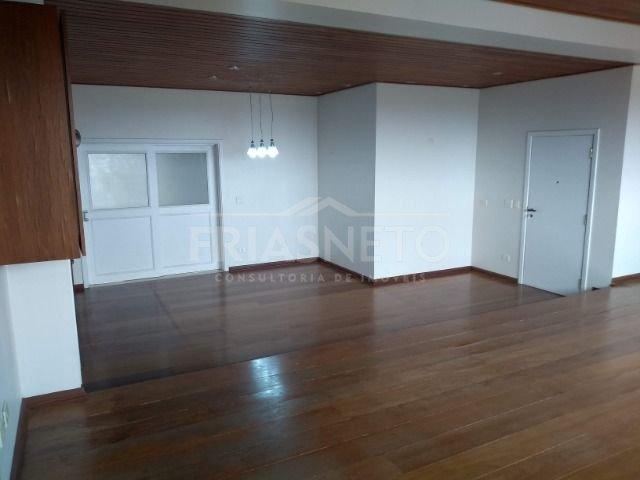 Excelente apartamento, alto padrão, com 241,87 m² de área útil. Amplo living para 3 ambientes, sala de TV, lavabo, 4 dormitórios com armários, sendo 1 suíte, banheiros completos. Sala de jantar, cozinha planejada, despensa, área de serviço, banheiro e quarto de empregada, 2 vagas de garagem. Excelente acabamento em madeira e granito. Lazer completo com piscina aquecida, salão de festas, sala fitness, quadra e espaço gourmet. Aceita financiamento e FGTS.