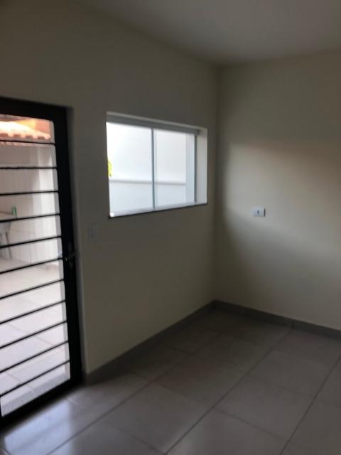 Excelente Residência no Bairro Jardim Brasília contendo:sala, 02 dormitórios com armários,, banheiro com box, cozinha com gabinete, quintal coberto.02 vagas