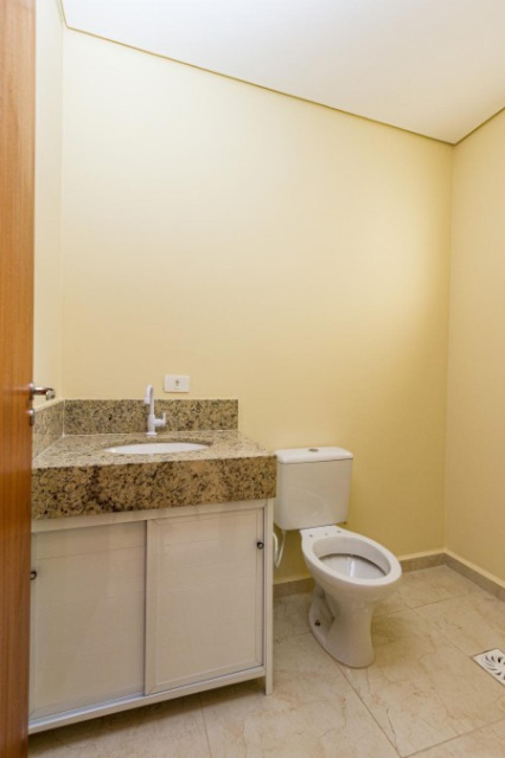 Lindo sobrado (1° locação) contendo 03 dormitórios, sendo 01 suíte, banheiro social ampla sala 02 ambientes com lavabo e área de luz, cozinha estilo americana com gabinete, lavanderia coberta, amplo quintal, 02 vagas de garagem. OPORTUNIDADE