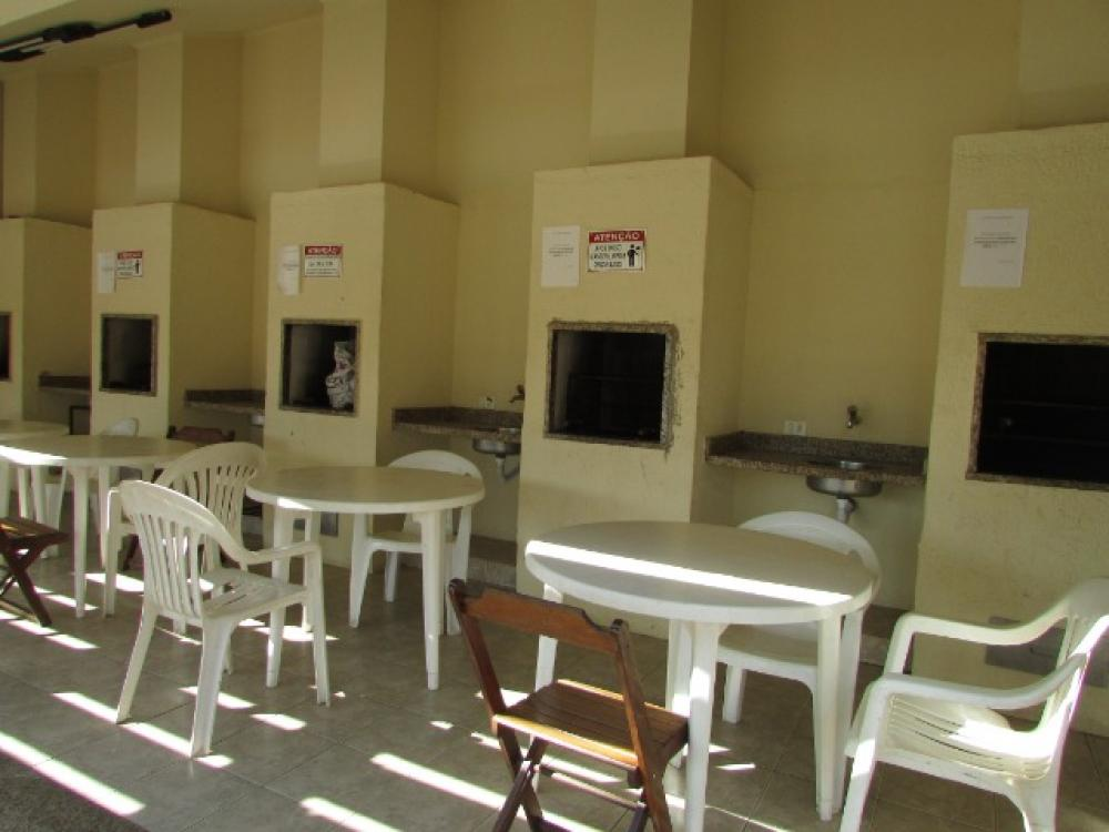 Casa em bairro tranquilo com 43m² contendo sala, 01 dormitórios, cozinha com gabinete, banheiro social. 01 vaga. Condomínio oferece piscina, espaço gourmet e academia.