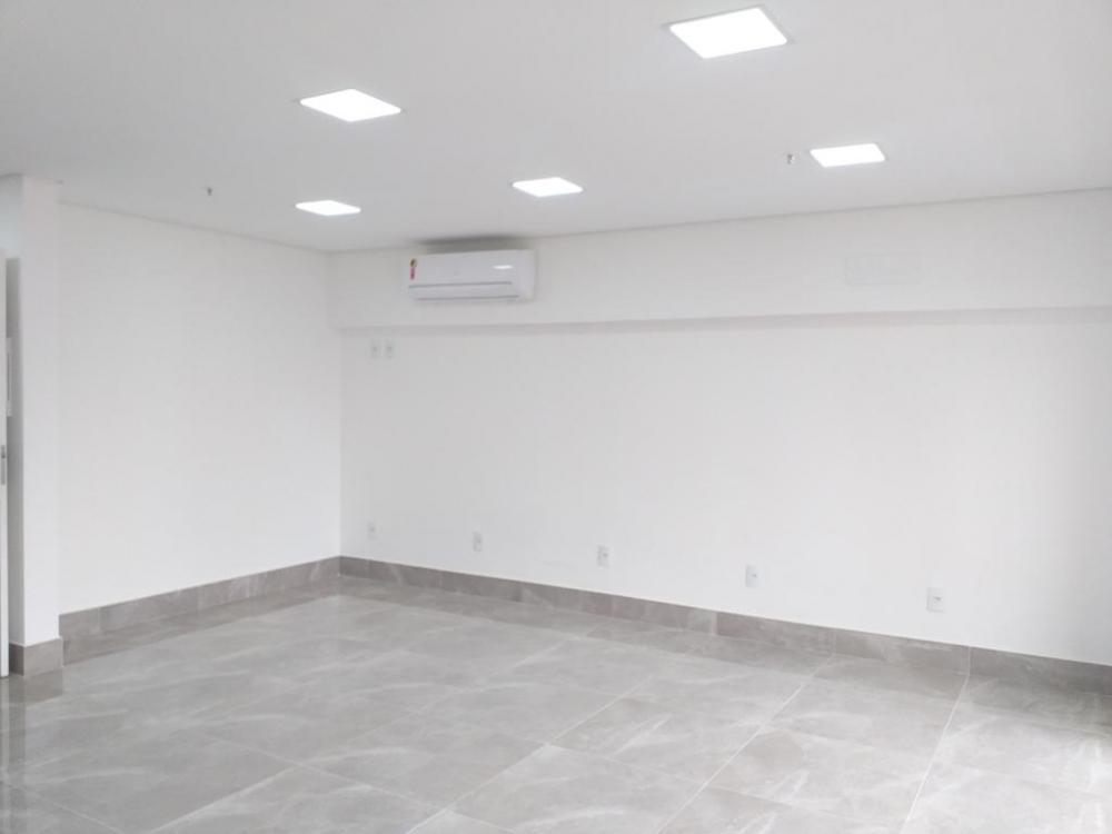 Sala comercial em excelente localização, próximos á clinicas, bancos, restaurantes, farmácias, escritórios. A sala contém 42m², um banheiro, sacada ampla, sol da manhã, vista privilegiada, e 1 vaga de garagem.