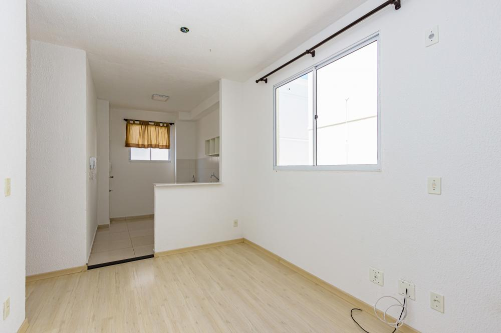 Apartamento com 2 dormitórios, sala, cozinha com gabinete, banheiro com box blindex. Condomínio oferece salão de festas e churrasqueira.