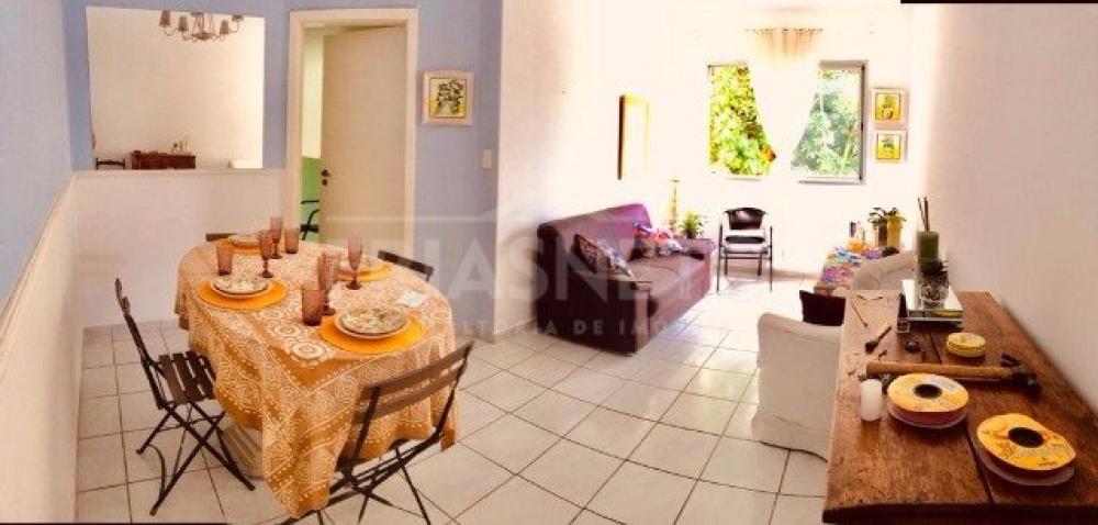 Apartamento com 3 dormitórios. Cozinha com armários planejados, mesa com cadeiras, fogão e geladeira nova. Sala decorada com sofá, poltrona, rack, cortina, almofadas, luminárias e ventilador de teto. Sala de jantar com mesa de mármore , 4 cadeiras, aparador e espelho. Dormitórios decorados com tecidos importados, cômoda, estantes, cadeiras, criado-mudo, abajur, pufes, 1 ventilador de teto e 1 guarda-roupa. Cama de casal box nova. Área de serviço com varal de teto. 1 vaga de garagem. Pintura nova.  Possui também roupa de cama, edredom, travesseiros, toalha de mesa e banho, sabonetes, pratos, copos e xícaras. Apartamento semi-mobiliado.