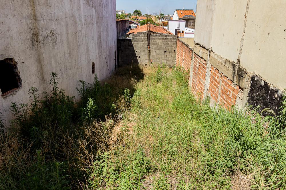Terreno único no bairro brasília, possui casas aos lados e no fundo, o mesmo possui 5,00m x 25,00m. Não aceita financiamento e FGTS.