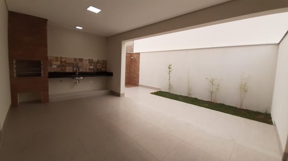 Excelente residência, nova, com terreno de 194,87 m² e área construída de 209 m². Conta com ampla sala para 2 ambientes, lavabo, cozinha com bancada em preto São Gabriel, área gourmet integrada, quintal com entrada independente e chuveirão. No piso superior, 3 dormitórios, sendo 1 suíte com closet e sacada, banheiro social e ótimo terraço com vista privilegiada para área verde do condomínio. A casa possui 4 vagas de garagem, sendo 2 cobertas. Residência com fino acabamento, sistema de água com aquecimento solar, provisão para ar condicionado em todos os ambientes e provisão para energia fotovoltaica. Condomínio conta com lazer completo, com piscinas adulto e infantil, salão de festas, áreas gourmets, quadra poliesportiva, pista de skate, e várias praças para prática de exercícios. Aceita financiamento e FGTS