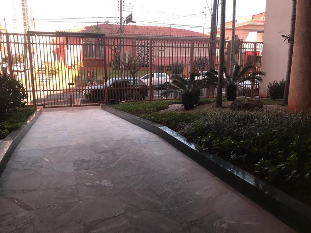 ÓTIMO APARTAMENTO COM HALL DE ENTRADA, AMPLO LIVING COM TERRAÇO COM LINDA VISTA DA CIDADE, SALA DE JANTAR, LAVABO, SUITE DE HÓSPEDES COMPLETA DE ARMÁRIOS, SALA DE TV, AMPLO CORREDOR COM 2 ROUPERIOS NO CORREDOR, ESCRITÓRIO, 3 DORMITÓRIOS COMPLETOS (SENDO 1 SUITE MASTER), COZINHA COM ARMÁRIOS DESPENSA, SUITE DE EMPREGADA, ÁREA DE SERVIÇO. - O APARTAMENTO É ORIGINAL BEM CONSERVADO, IMENSAS JANELAS DE ALUMÍNIO COM ÓTIMA ILUMINAÇÃO, TODOS OS CÔMODOS DE ÓTIMO TAMANHO.