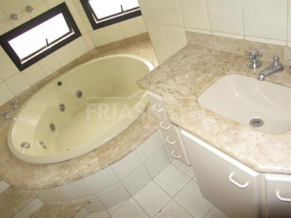 Lindo apartamento com 149m², ampla sala 2 ambientes com sacada e persiana, lavabo, 3 dormitórios(2 com armários) sendo 1 suíte master com hidromassagem, cozinha planejada, lavanderia, 1 dormitório e banheiro de empregada, 2 vagas. Excelente localização. Aceita financiamento e FGTS.