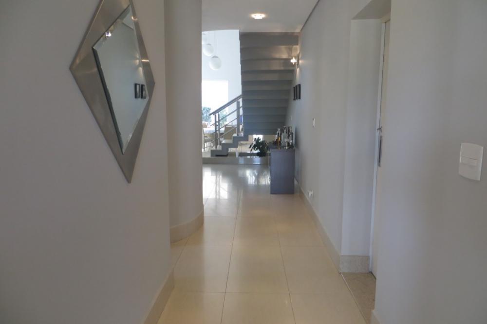 Lindíssima casa em condomínio fechado com projeto moderno, sendo sala para 2 ambientes amplos, sala de TV, escritório, 3 suítes sendo 2 com armários e 1 com closet, banheiros com gabinetes e box em vidro temperado, banheiro da suíte master com banheira, cozinha planejada, área de serviço com armários, amplo quintal com espaço gourmet e banheiro, quarto de despejo. Acabamento diferenciado, projeto de iluminação e aquecedor solar. Aceita financiamento. Estuda permuta com imóvel de menor valor.