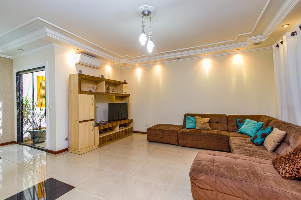 Linda casa com 237 m contendo ampla sala dois ambientes, área de luz, cozinha planejada, 3 suítes, amplo quintal, amplo salão na parte superior com churrasqueia. 3 vagas de garagem.
