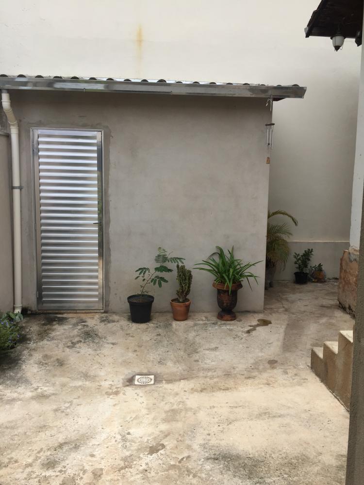 Casa em rua de intenso fluxo, próximo ao pão de açúcar, 3 dormitórios, sala, banheiro social, cozinha, quintal e 2 vagas de garagem. Estuda permuta de menor valor.  Não aceita financiamento.