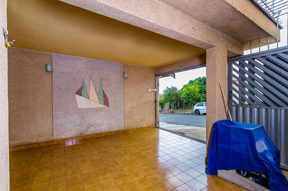 Casa com ótimo acabamento, com piso em granito, sala, cozinha e banheiro, 2 dormitórios e lavanderia coberta, local de fácil acesso próximo à escola e academia. Aceita financiamento e FGTS.
