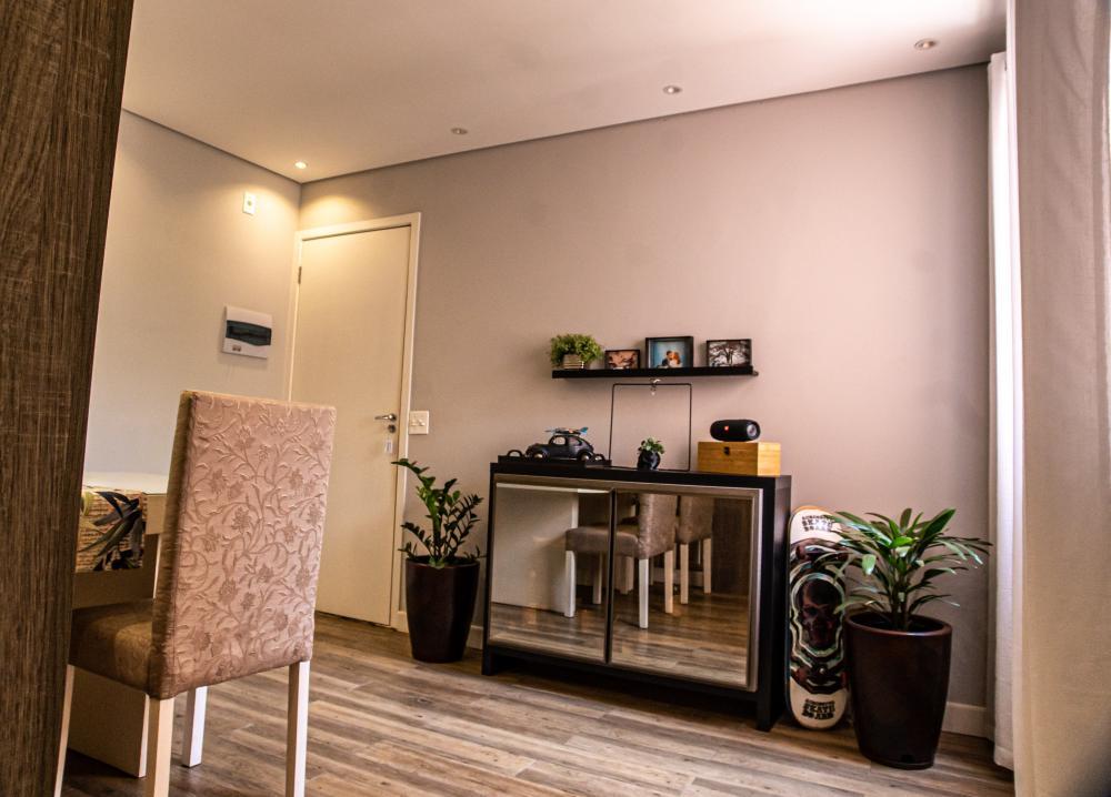 Lindo apartamento em ótima localização com vista livre. Medindo 54m² de área útil, sala com painel, rebaixado de gesso, luz de led e espelho decorativo, 2 dormitórios completo de armário, painel, cozinha planejada, banheiro social com box e gabinete. Piso vinílico perfil (Madeira). 1 vaga de garagem. Aceita Financiamento e FGTS.
