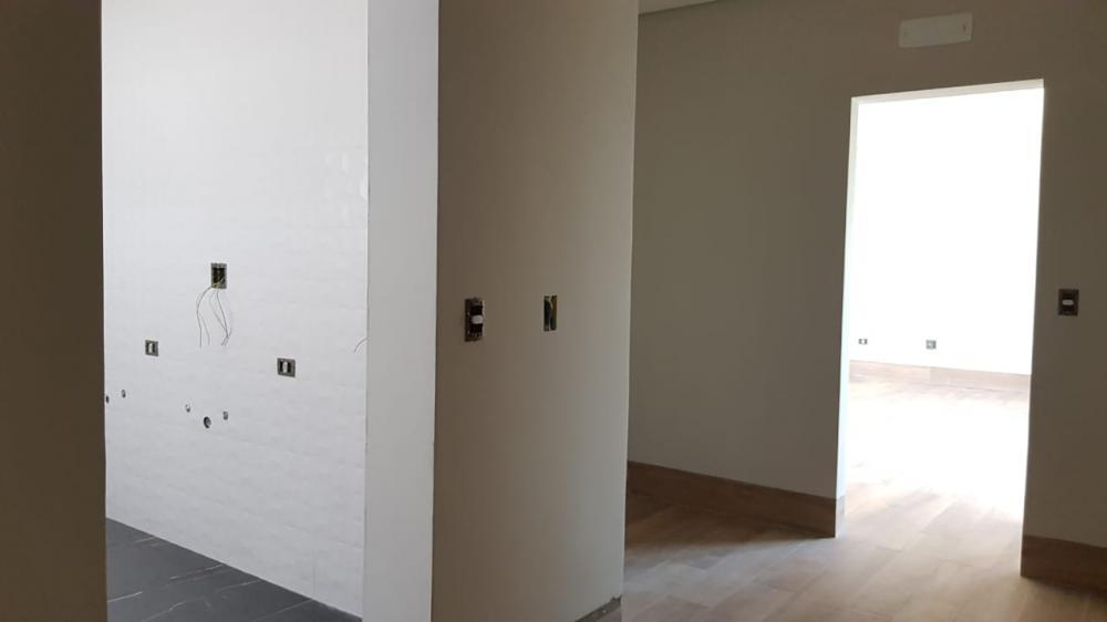 Belíssima residência de alto padrão com 2 pavimentos no condomínio Alphaville Piracicaba, em fase final de obra, com área construída de 341,02 m², em terreno com topografia plana com área de 486,46 m², localizada em excelente localização na parte alta do condomínio, com uma bela vista.  Imóvel possui amplo living para 2 ambientes integrado a cozinha gourmet, acesso ao corredor lateral com lago ornamental, lavabo, espaço gourmet com forno de pizza iglu e churrasqueira, lavanderia, Home Theater com espaço para escritório integrado, 3 suítes sendo 1 máster com amplo closet e hidro, todos com persianas automatizadas e sacada, piscina com cascata com 4 pontos de hidromassagem, spa com 3 pontos de hidromassagem e infraestrutura para aquecimento solar dedicado a piscina, amplo terraço com infraestrutura para instalação de ofurô e 6 vagas de garagem sendo 3 cobertas com depósito de apoio na lateral.  Imóvel com fino acabamento, com esquadrias em alumínio da linha Gold e vidros temperados, pisos e revestimentos em porcelanato Portinari e Portobello, infraestrutura completa para ar condicionado em todos os dormitórios, salas e espaço gourmet, sistema de aquecimento solar para todos os chuveiros, torneiras e duchas higiênicas com reservatório de 600 litros, infraestrutura para monitoramento por câmera, jardim com infraestrutura para irrigação automatizada.
