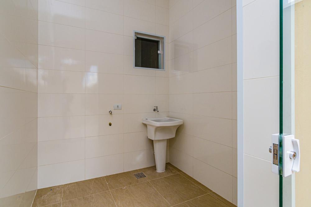 Casa em condomínio com 198 m² de terreno e 140 m² de construção contendo sala, cozinha com gabinete, 3 dormitórios sendo 1 suíte, banheiro social com gabinete e box, área externa com lavanderia e churrasqueira. Aceita Financiamento e FGTS.
