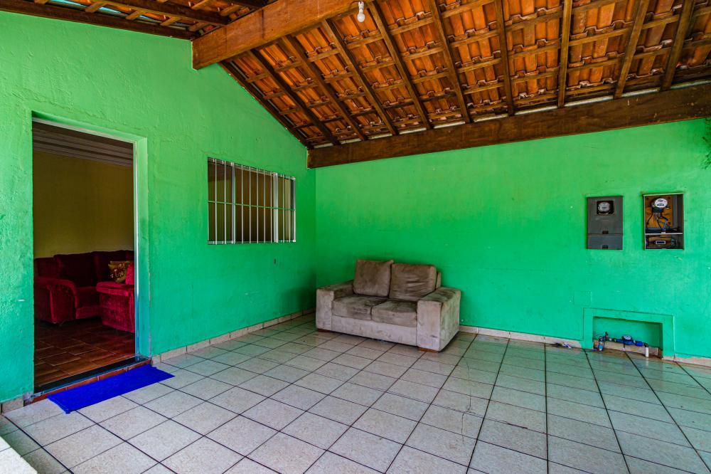 Casa em excelente localização com 3 dormitórios, cozinha com armários planejados, sala, banheiro social, e garagem para 4 carros. Possui edícula com 1 dormitório e 1 banheiro social no fundo da casa. Estuda Financiamento e FGTS.