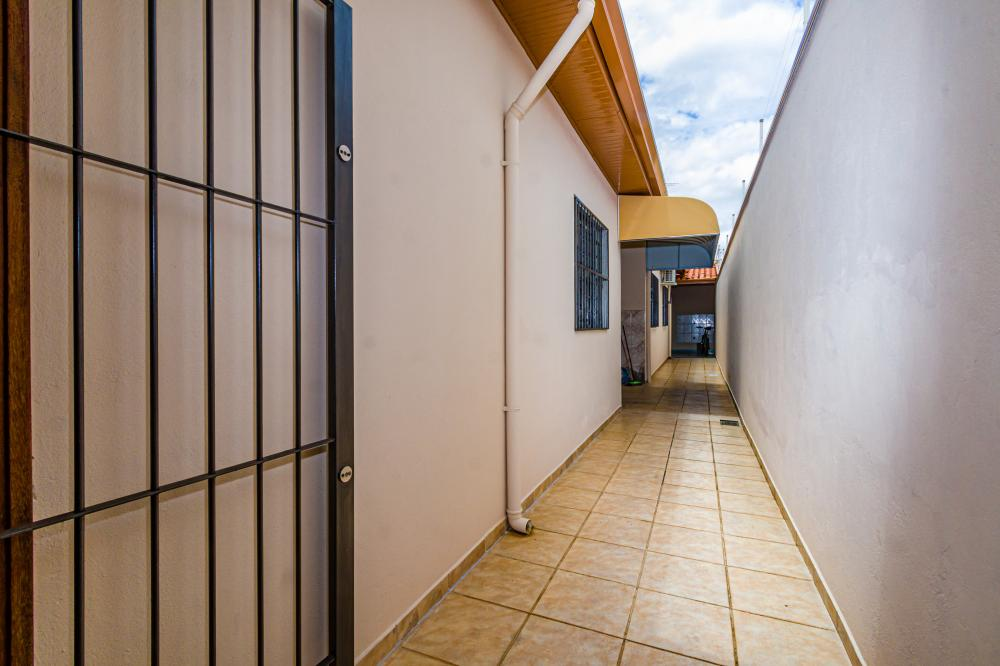 Casa em rua tranquila e privativa. Terreno de 143,37 m² de terreno e 70,00 m² de área construída distribuídos em sala, 2 dormitórios, ampla cozinha com gabinete, banheiro social com gabinete e box de vidro, lavanderia, quintal com quarto de despejo e banheiro. Aceita Financiamento e FGTS.