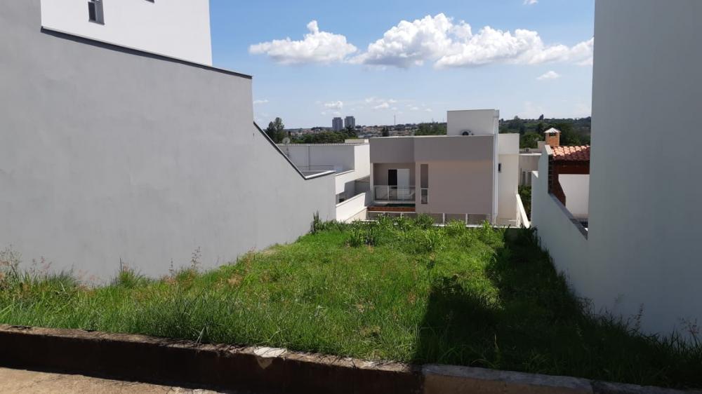 Terreno em excelente localização no condomínio Ondas do Piracicaba, medindo 256 m² com leve declive. O condomínio oferece área de lazer com quadra poliesportiva, quadra de tênis, quiosque com churrasqueira, playground e portaria 24 horas. Não aceita financiamento.