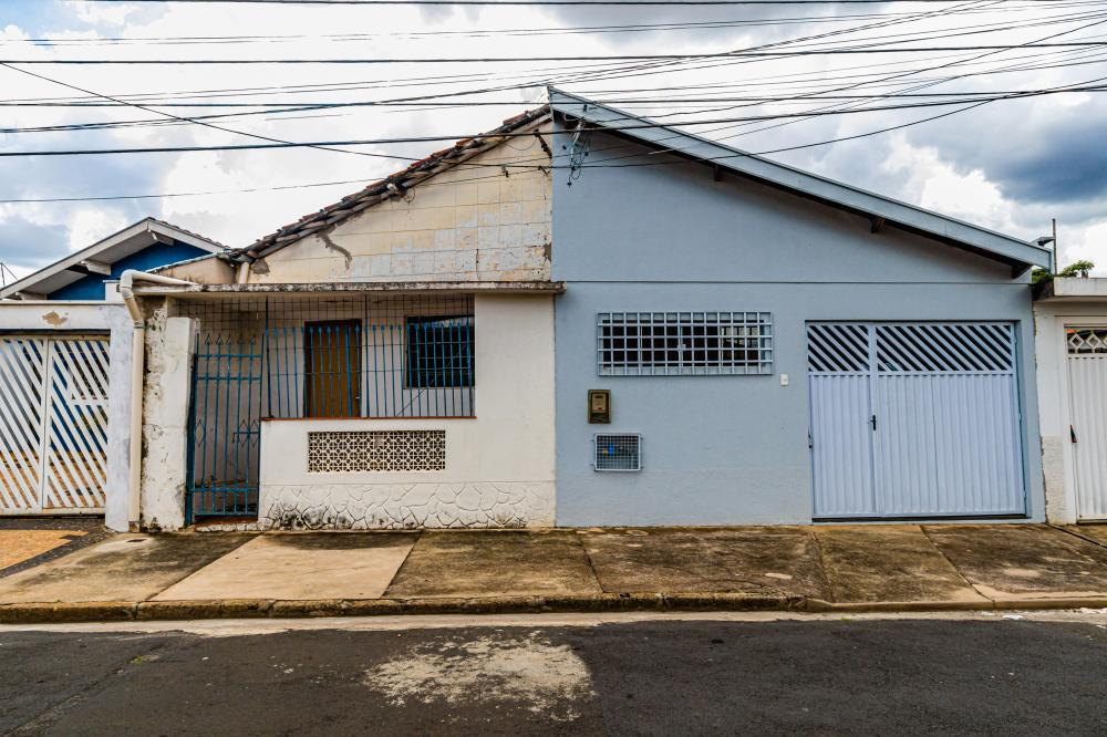 Duas casa em bairro consolidado, cada casa com 2 dormitórios, cozinha e banheiros.Uma das casas possui garagem para 1 veículo. Aceita financiamento.