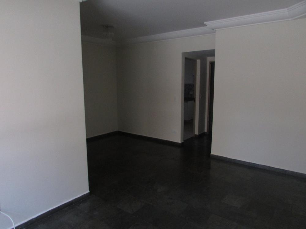 Apartamento próximo à área central com 76 m², 3 dormitórios, 1 suíte, sendo 2 com armários, banheiro social,  sala 2 ambientes com sacada, cozinha com armário e área de serviço. Possui 1 vaga de garagem. Estuda financiamento e FGTS.