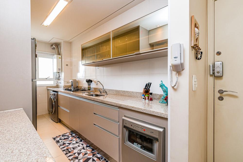 Maravilhoso apartamento localizado em um dos bairros mais valorizados de Piracicaba, medindo 79m² de área útil, distribuídos em salas de estar e jantar climatizadas, escritório reversível a dormitório, varanda gourmet com churrasqueira, banheiro social, 2 dormitórios sendo 1 suíte com closet e climatizados, cozinha planejada, cooktop, forno elétrico, coifa, área de serviço e 2 vagas de garagem. Fino acabamento. O condomínio oferece completa infra estrutura de lazer com academia, salão de festas, playground, piscina com deck e quiosque. Portaria 24 horas. Estuda financiamento e FGTS.