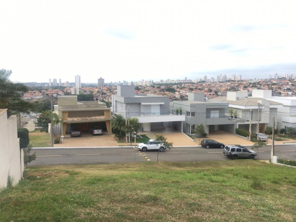 Terreno em aclive, contendo 393m² (14,20 x 30,00 x 12,00m), localizado na parte alta do condomínio. Oportunidade!