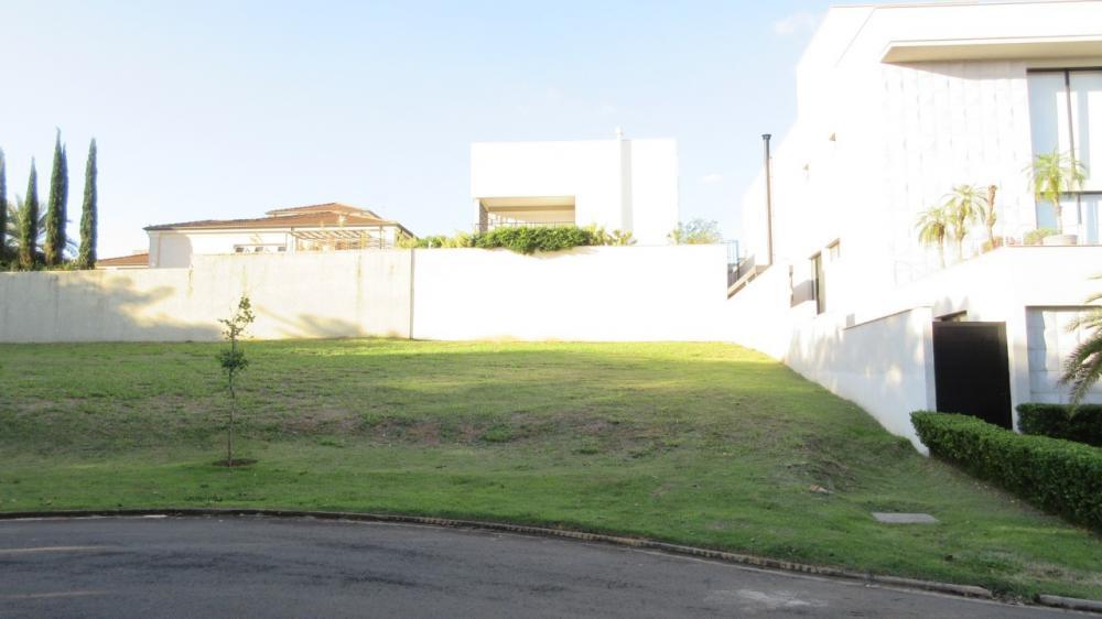 Excelente lote em aclive, com 466m², localizado em rua sem saída. Área verde em frente ao terreno. Estuda financiamento.