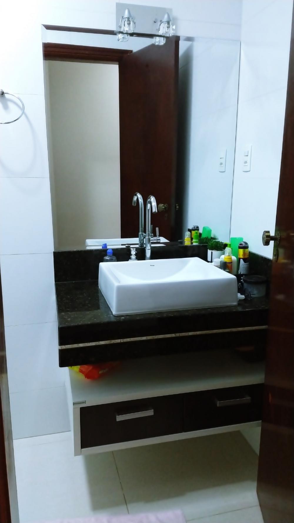 Excelente casa contendo 3 dormitórios sendo 1 suíte, sala 2 ambientes, cozinha planejada, banheiro social, lavanderia e 2 vagas de garagem cobertas, todos os cômodos com armários.