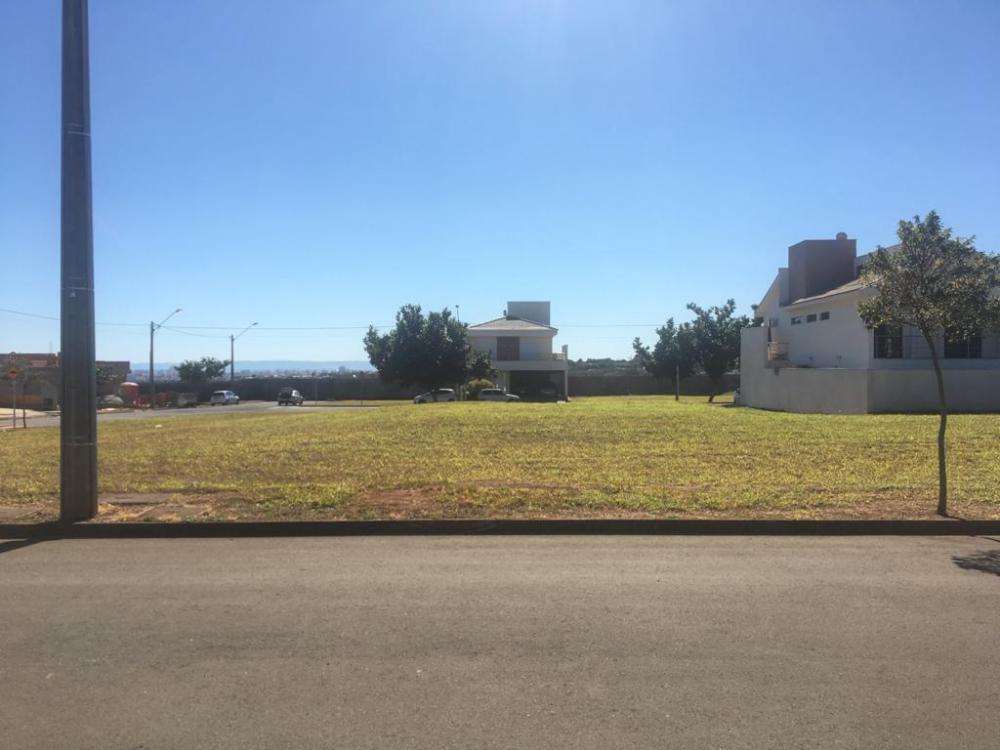 Excelente lote plano em condomínio fechado, medindo 2502m² (10 x 25), área de lazer completa com salão de festas, playground, campo e quadra poliesportiva. Estuda financiamento.