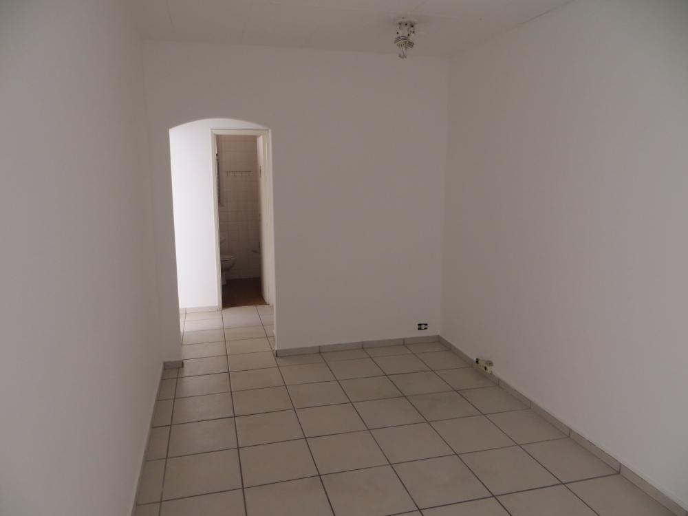 Sala comercial localizada em frente à Santa Casa, com 64m² de área útil, contendo recepção, banheiro social, copa e 3 salas sendo 1 com banheiro privativo. Paredes internas removíveis caso necessário (gesso). Estuda financiamento.