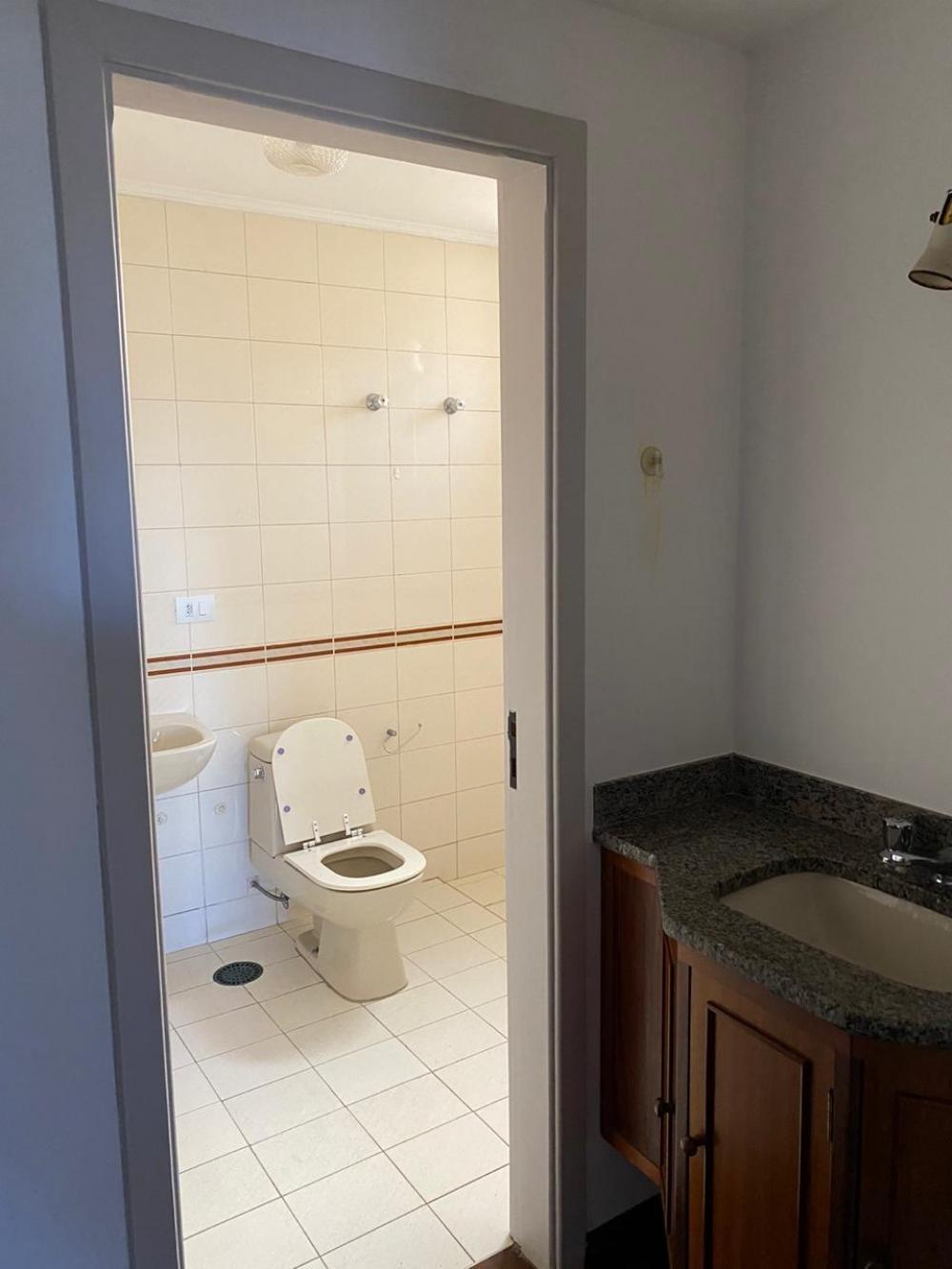 Apartamento em localização privilegiada no centro. Medindo 114,80m² de área útil. Com sala para 3 ambientes, varanda, 2 dormitórios completos, sendo uma suíte com sacada, cozinha modulada, banheiro social completo, lavanderia com banheiro e quarto de empregada com armários, 1 vaga. Localização privilegiada. Aceita financiamento e FGTS.