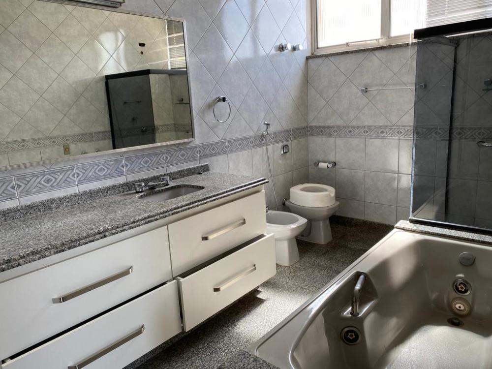 Maravilhoso apartamento com 337m² de área útil, 4 suítes, todas com armários e ar condicionado, banheiros com gabinete, sala 3 ambiente, toda avarandada com linda vista, salas de jantar e TV, escritório, cozinha repleta de armários, lavanderia com armários, dormitório de empregada e 3 vagas de garagem. Imóvel ideal para quem deseja viver na região central com muita privacidade e conforto.
