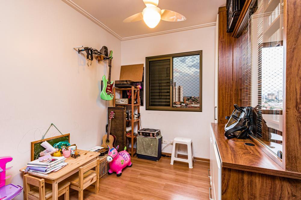 Apartamento em ótima localização perto do Clube de Campo, medindo 86 m² de área útil. Distribuídos em sala 2 ambientes,  3 dormitórios, todos com armários embutidos e 1 suíte. Banheiro social com box e gabinete, cozinha planejada com armários, lavanderia com banheiro de serviço.Possui 2 vagas de garagem.  Condomínio com portaria 24 hs, salão de festas e espaço playground.  Aceita financiamento e FGTS.