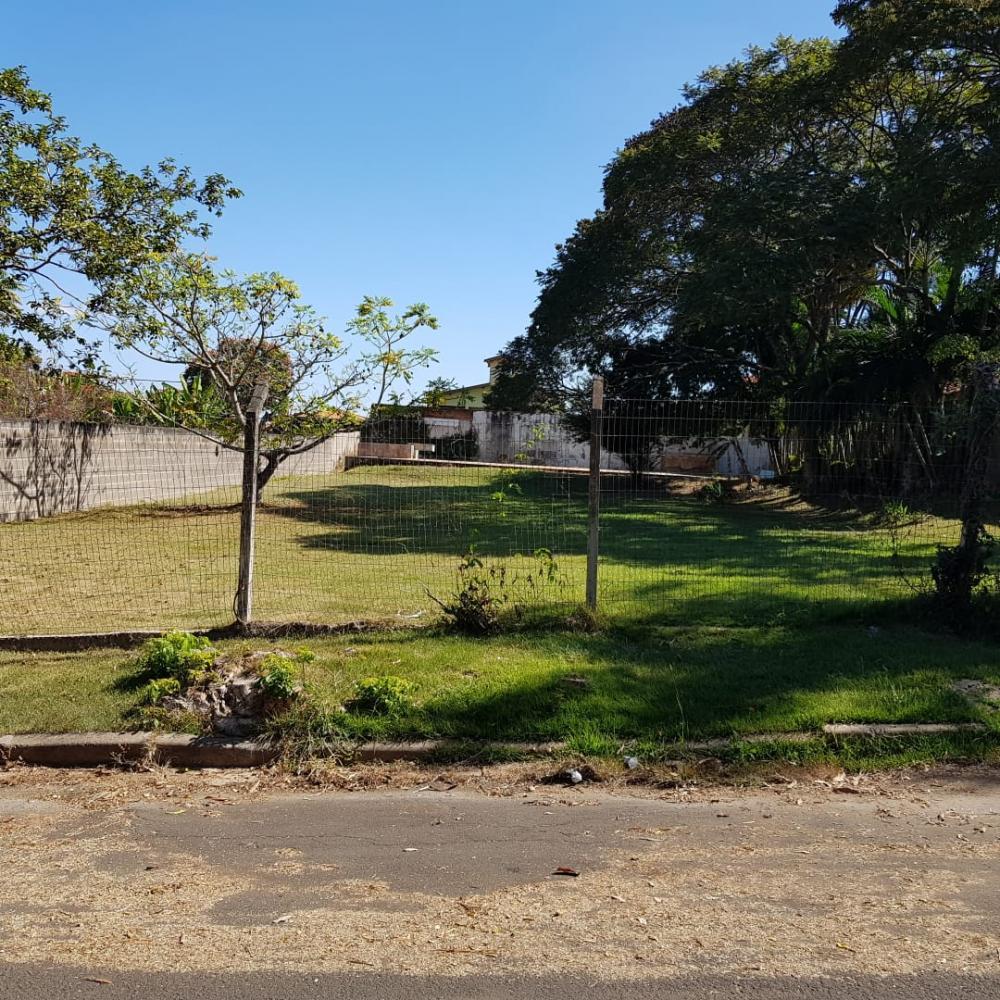 Terreno plano no condomínio Colinas de Piracicaba, 1000 m² (20 m x 50 m).  Lote gramado com piscina de 5 m  x 10 m. Aceita financiamento e estuda permuta com imóvel de menor ou maior valor.