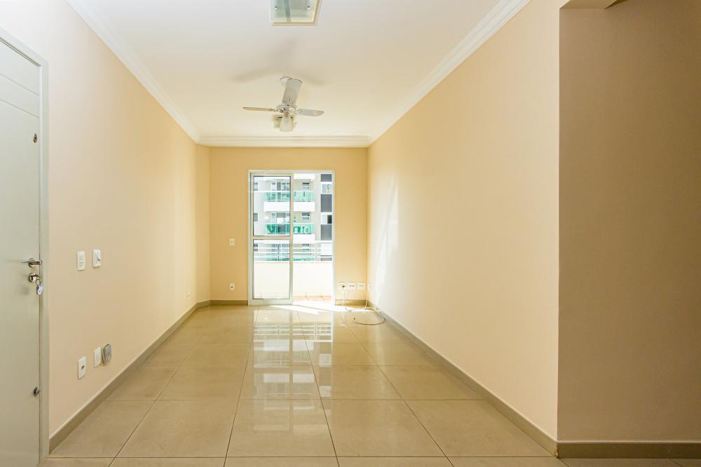 Lindo apartamento com 69,70m², sala 2 ambientes com sacada, 2 dormitórios com armários sendo 1 suíte com armários, banheiro social com gabinete e box, cozinha planejada, área de serviço com armário e banheiro de empregada. 1 vaga. Condomínio oferece salão de festas.
