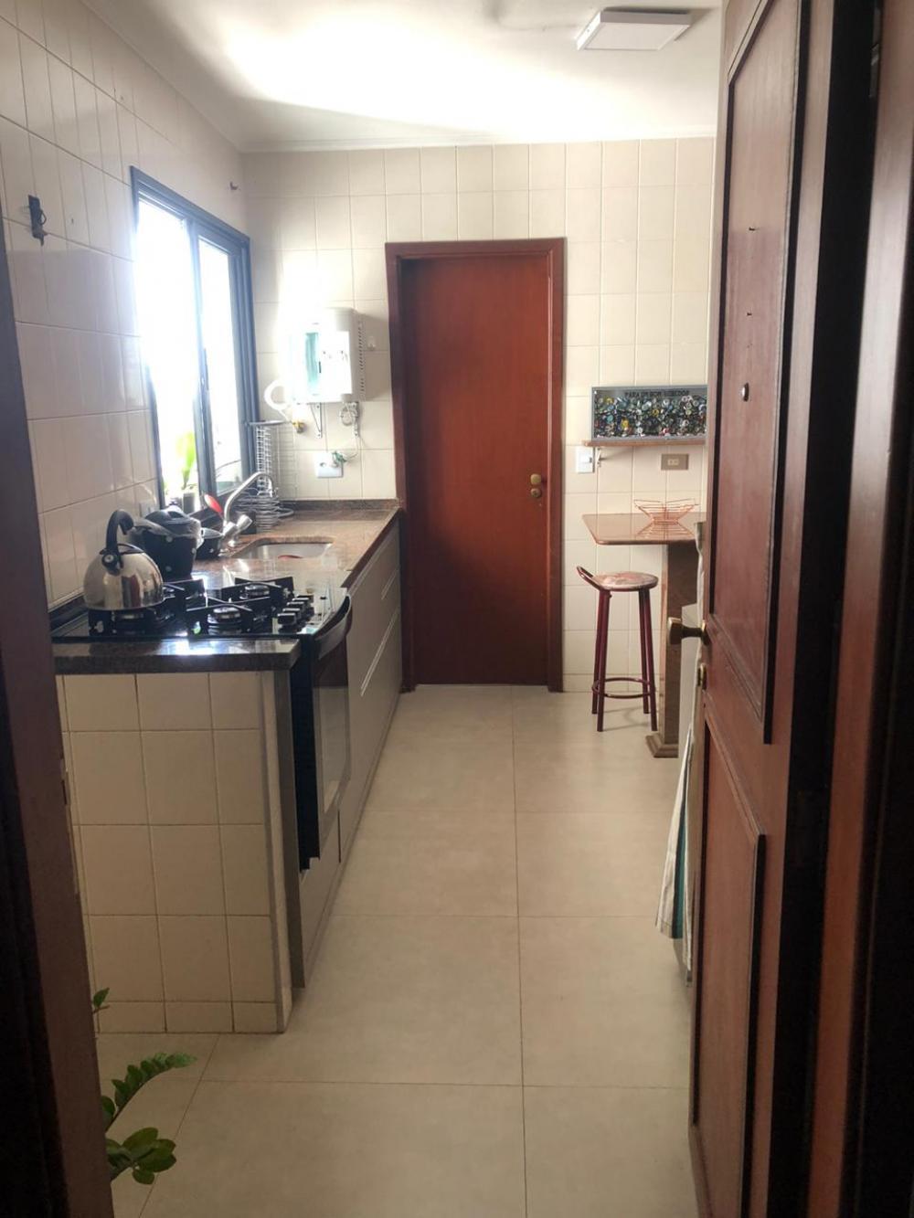 Apartamento no  bairro São Dimas, próximo à ESALQ com 116, 94 m² de área útil distribuídos em sala dois ambientes, 3 dormitórios com armários sendo 1 suíte com sacada, banheiro social com gabinete e box de vidro, cozinha planejada, área de serviço com banheiro e 1 vaga de garagem. Condomínio com salão de festas, salão de jogos.  Aceita financiamento e FGTS.