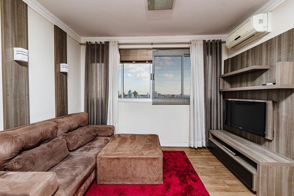 Excelente apartamento em ótima localização próximo ao supermercado Pão de Açúcar, andar alto com vista para cidade. Sala 2 ambientes, 1 dormitório, banheiro social e cozinha com lavanderia.  Apartamento completo com armário embutidos, eletrodomésticos, duas unidades de ar condicionado (Dormitório e sala de estar/Jantar), sofá, mesa de jantar, cadeiras e utensílios de cozinha. Pronto para morar ou alugar. Aceita financiamento e FGTS.