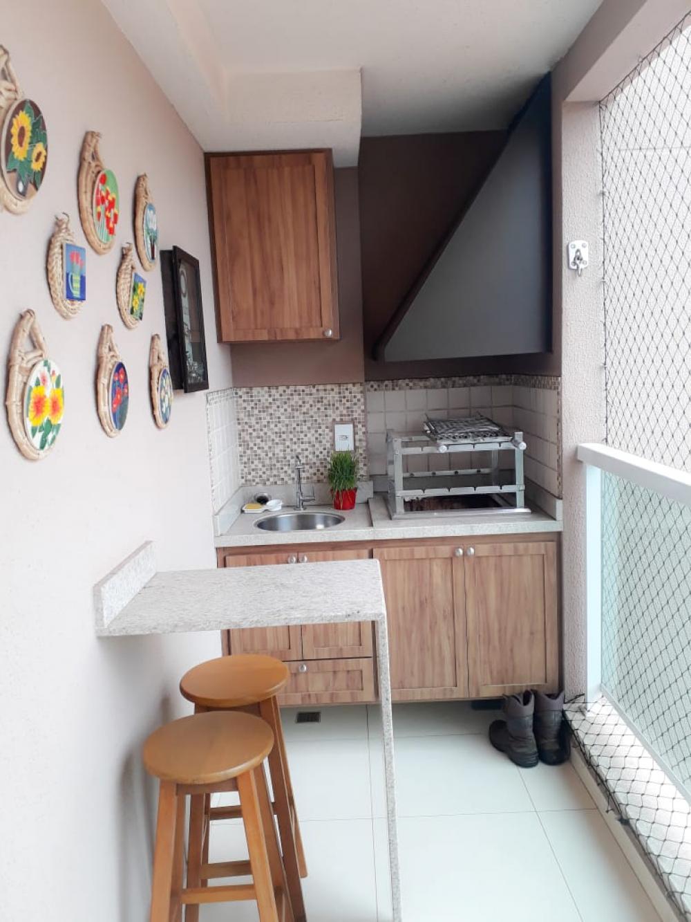 Apartamento Ed Tarsila, 72 m², 2 dormitórios com armários planejados, sendo 1 suíte, sala dois ambientes com sacada, banheiro social, cozinha planejada, área de serviço e 1 vaga de garagem Edifício com portaria, salão de festas e playground. Aceita financiamento.