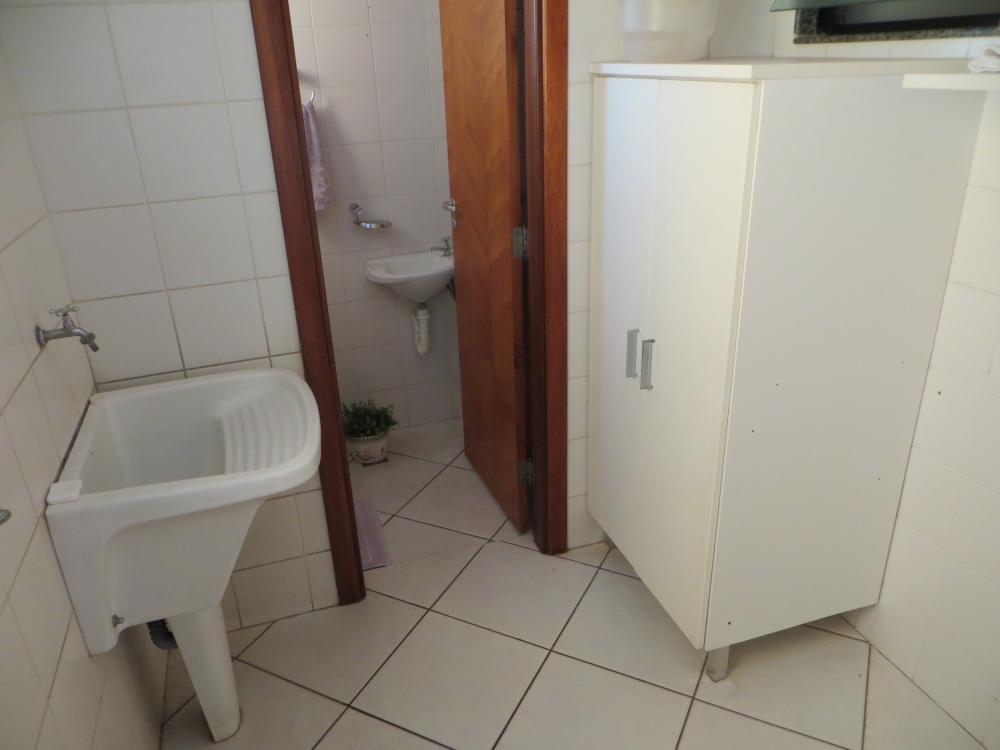 Apartamento com 88 m² de área útil, localizado no bairro São Judas, próximo à Av. Independência. Possui sala com 2 ambientes, 3 dormitórios com armários sendo 1 suíte com ar-condicionado, banheiro social com gabinete e box, cozinha planejada, área de serviço com armários, banheiro de empregada e 1 vaga.  Analisa permuta com imóvel de menor valor.
