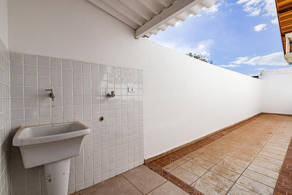 Casa em excelente localização, com 3 dormitórios, sendo 1 com armários, cozinha com gabinete, sala, banheiro social com box blindex, lavanderia coberta, banheiro de serviço, 1 vaga de garagem coberta.