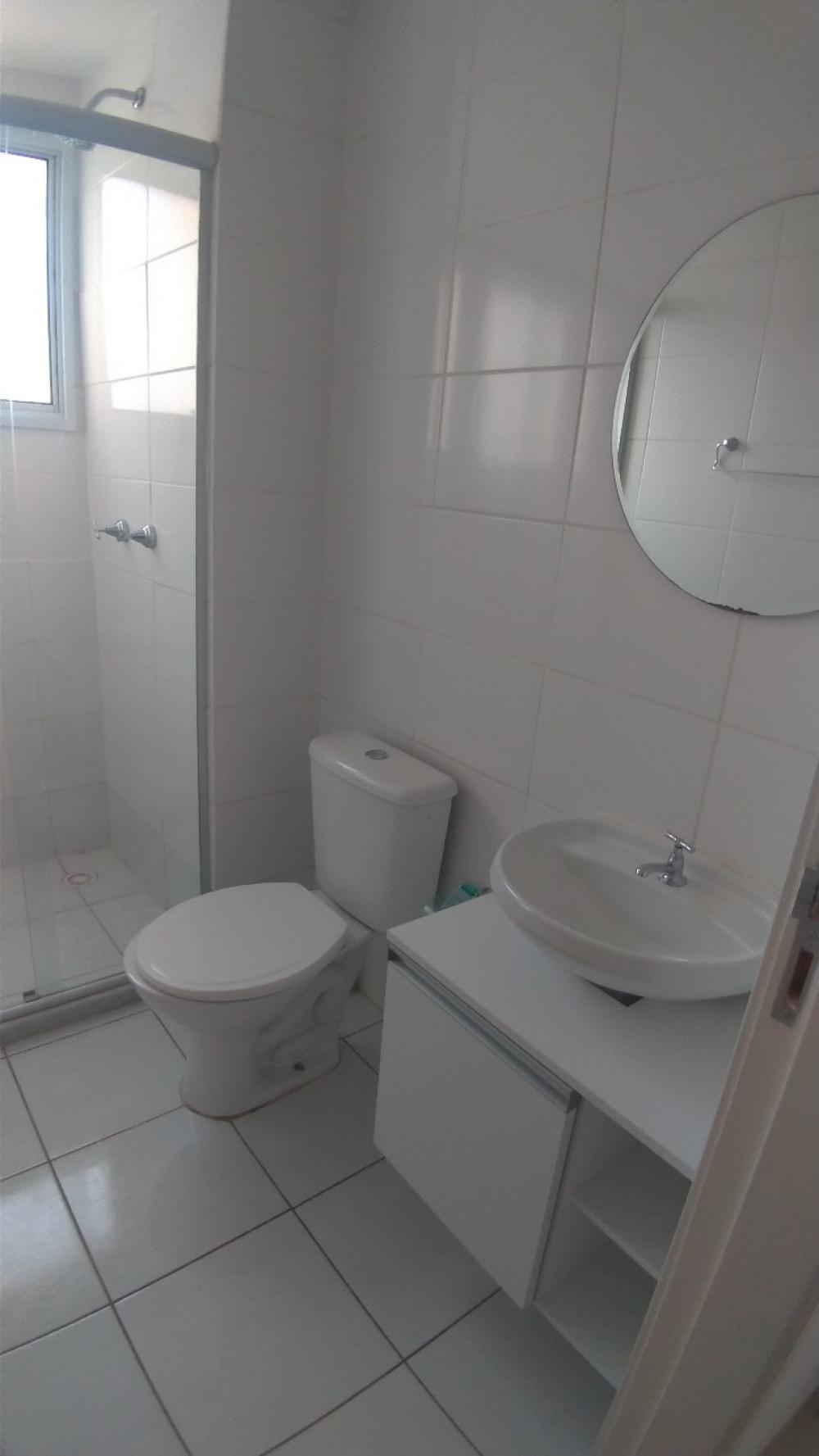 Apartamento com 2 dormitórios, sala 2 ambientes e sacada, cozinha com armários, banheiro com box em vidro temperado e 1 vaga de garagem. Aceita financiamento.