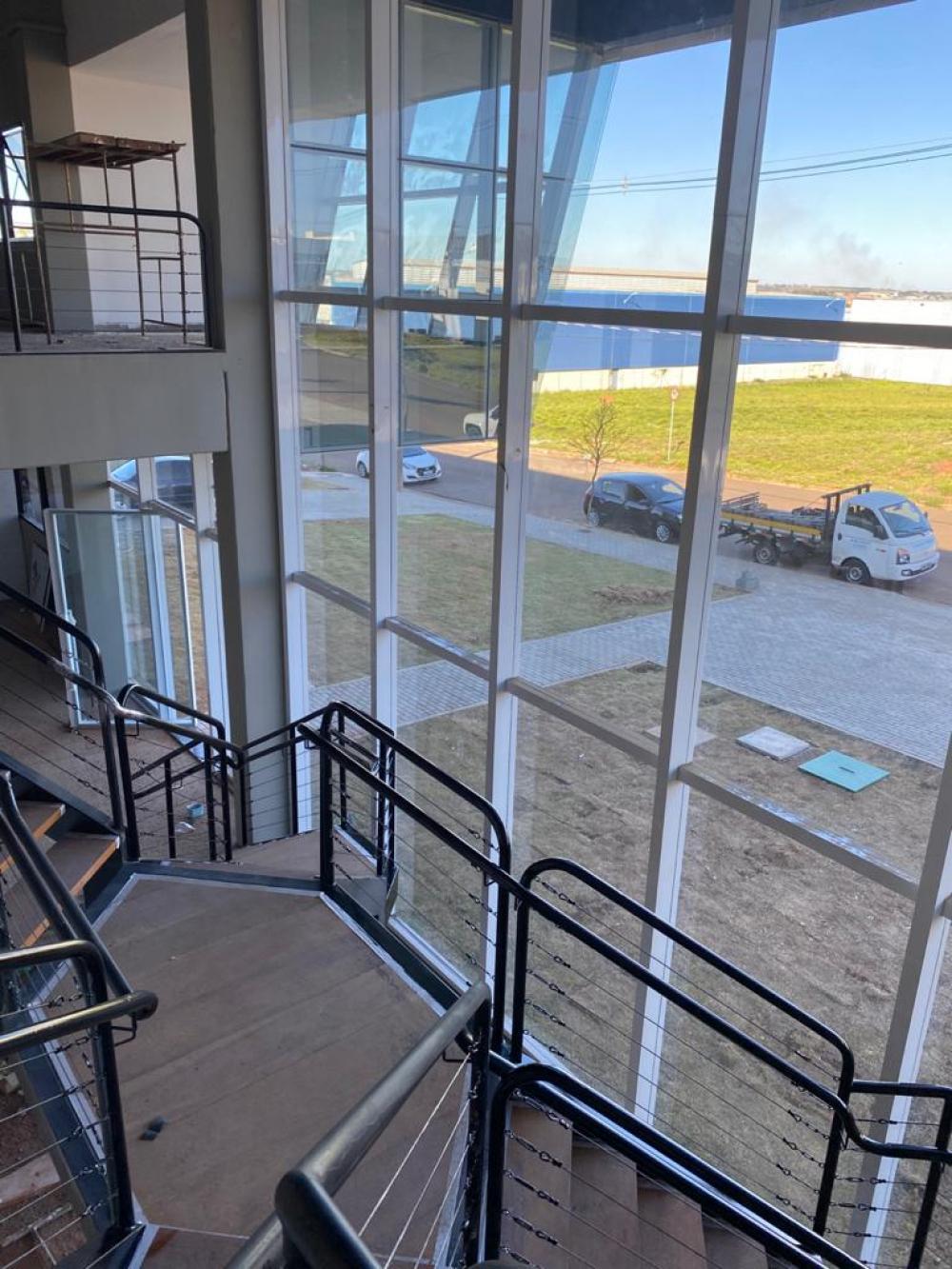 Ótimo galpão industrial contendo 4.800m, contendo telha PUR com domus trapezoidal, 2 elevadores, dois amplos salões na parte de cima, 4 vestiários na parte superior e 4 na parte térrea, galpão principal com piso de alta resistencia: 5 toneladas, pé direito de 10m,  portão de acesso com 4,3m de altura e 4 m de largura, dois elevadores,a. Frente 60x80. Galpão novo!