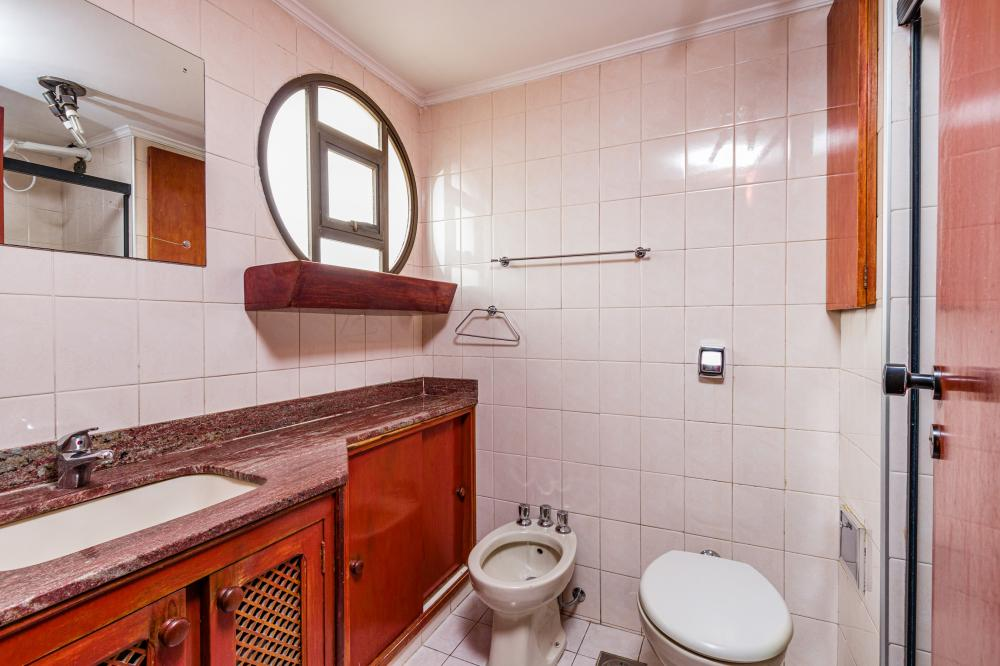 Otimo apartamento na região central com 86m² com sala 2 ambientes, 2 dormitórios sendo 1 suíte com armário embutido, cozinha planejada, banheiro social com gabinete e box. 01 vaga. Condomínio oferece salão de festas.  Digimobi
