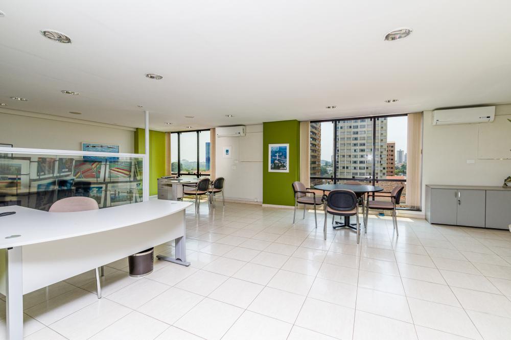 Excelente sala comercial, localizado na região central com 119 m² de área útil, conta com 2 ares condicionados, copa, 2 banheiros, 1 sala de despensa e 1 vaga de garagem. Aceita financiamento.