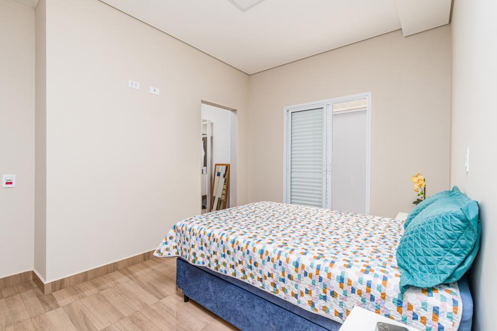 Excelente casa térrea, possui 3 dormitórios sendo 1 suíte, sala com pé direito alto, cozinha, área de serviço e banheiro social.  Estuda financiamento e FGTS.