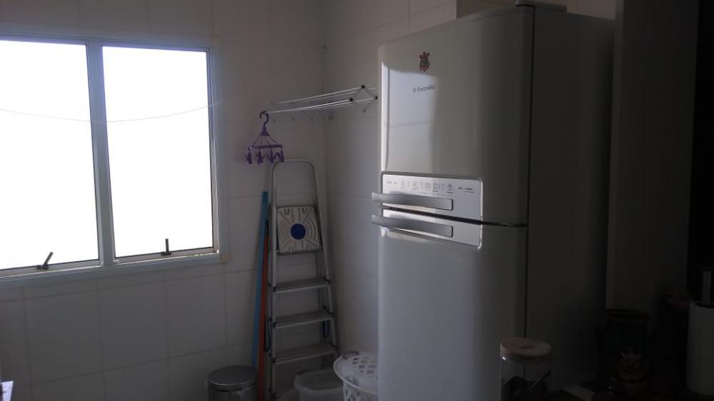 Belo apartamento com armários com 2 dormitórios, cozinha planejada e 1 garagem. Ótima localização. Aceita financiamento.