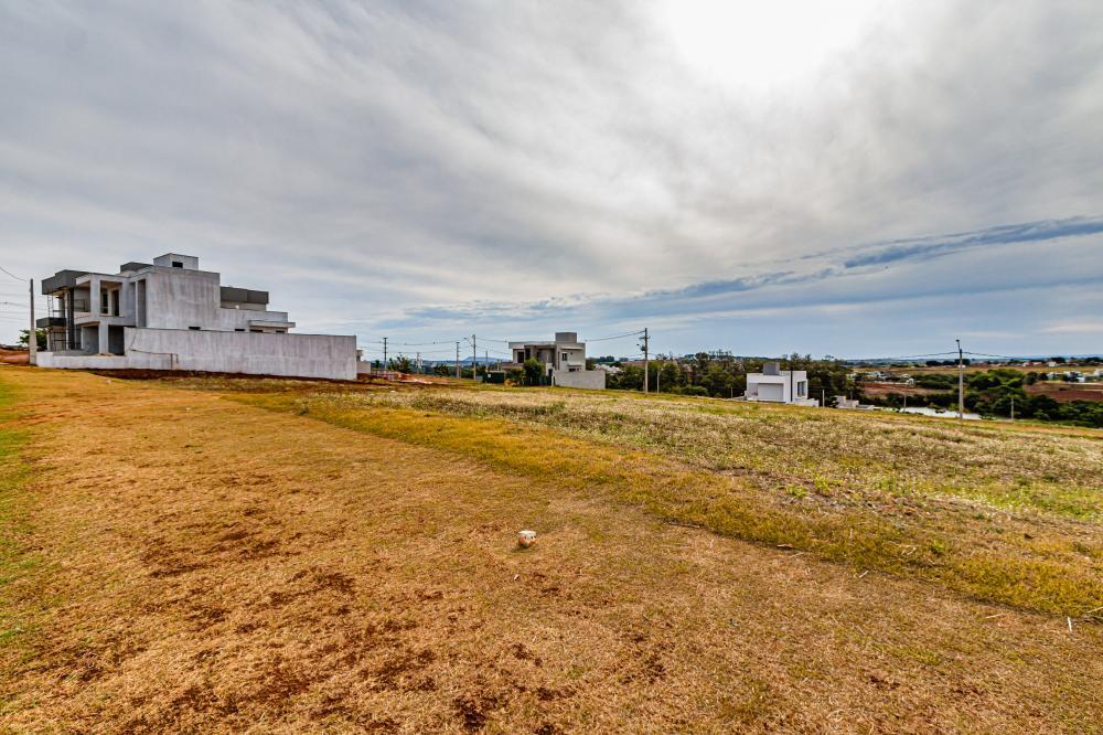 Terreno em ótima localização dentro do condomínio, com 309,91 m², declive.  Aceita financiamento.