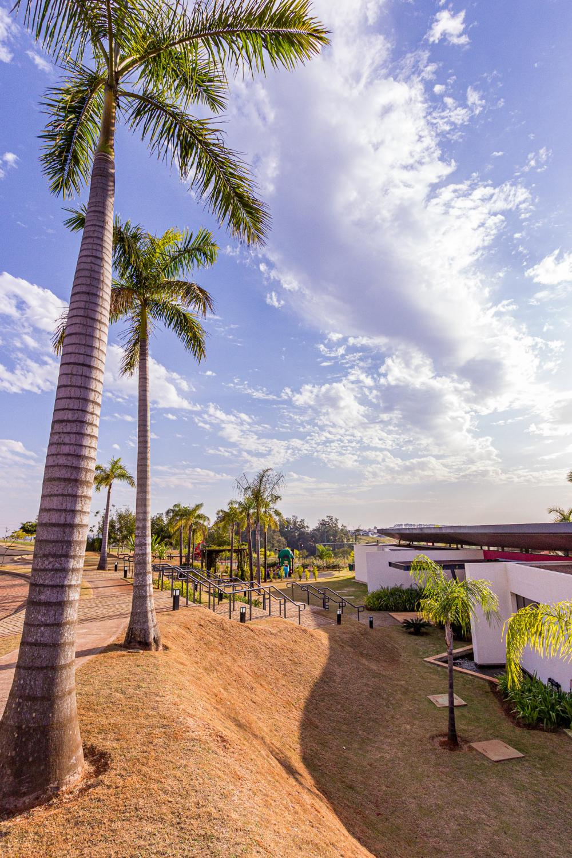 Lote residencial, em excelente localização no condomínio, medindo 344,85 m². Aceito financiamento.
